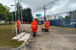 Colaboradores da Semulsp realizam limpeza da área externa do Ipaam e da Sema